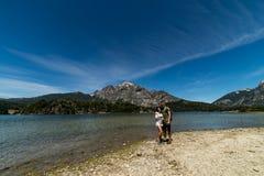 一对夫妇在圣卡洛斯de巴里洛切,阿根廷山和湖  库存图片