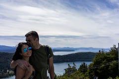 一对夫妇在圣卡洛斯de巴里洛切,阿根廷山和湖  库存照片