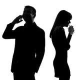 一对夫妇在电话和妇女哭泣紧接供以人员 免版税图库摄影