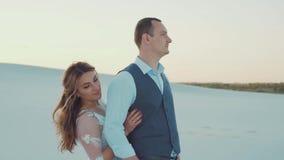一对夫妇的令人愉快的疯狂的浪漫录影在爱的,新娘和新郎柔软和温暖的感觉有很多, 影视素材