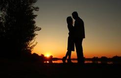 一对夫妇的剪影在爱的 库存图片