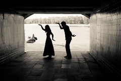 一对夫妇的剪影在隧道的 库存图片
