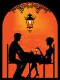 一对夫妇的剪影在餐馆的 免版税库存照片