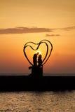 一对夫妇的剪影在黎明 库存图片