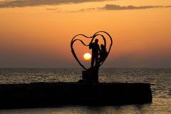 一对夫妇的剪影在黎明 免版税图库摄影