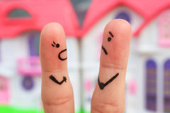 一对夫妇的手指艺术在争吵期间的 妇女对一个人叫喊 库存图片