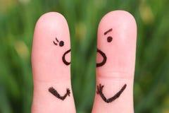 一对夫妇的手指艺术在争吵期间的 男人和妇女的概念叫喊对彼此 免版税库存图片