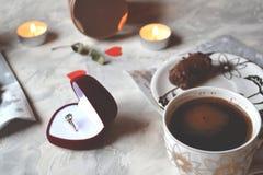 一对夫妇的浪漫早餐在爱 免版税库存图片