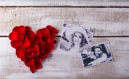 一对夫妇的照片在爱的 重点瓣红色上升了 图库摄影