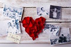 一对夫妇的照片在爱的 重点瓣红色上升了 免版税库存照片