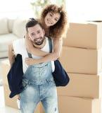 一对夫妇的画象在爱的在一栋新的空的公寓 免版税库存照片