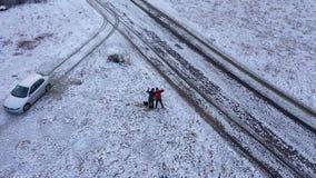 一对夫妇的空中小的行星视图在一个多雪的草甸 股票视频
