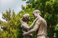 一对夫妇的铜雕象在爱的 免版税库存图片