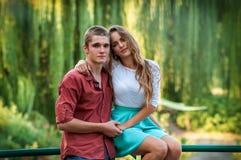 一对夫妇的画象反对绿色公园的 库存照片