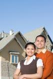 一对夫妇的画象在房子外面 免版税库存照片