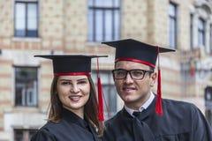 一对夫妇的画象在毕业典礼举行日 免版税库存图片