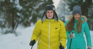 一对已婚夫妇在实践一种健康生活方式的森林里滑雪 慢的行动 股票录像