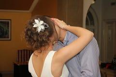 一对已婚夫妇的亲吻 库存照片