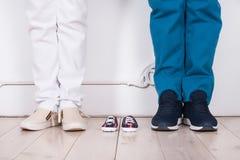 一对已婚夫妇的脚预期婴孩的 库存图片