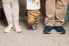 一对已婚夫妇的腿与孩子的 免版税库存照片