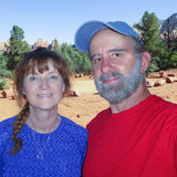一对已婚夫妇的画象在Sedona 免版税库存照片