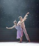 一对已婚夫妇非常在爱现代舞蹈 免版税库存图片
