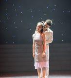 一对已婚夫妇非常在爱现代舞蹈 免版税图库摄影