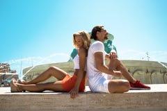 一对年轻可爱的美好的时髦的夫妇在一个喷泉旁边紧接坐在瓦莱塔在马耳他,爱概念,爱情小说 免版税库存图片
