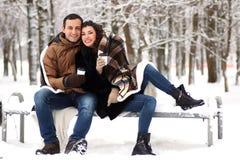 一对年轻夫妇在冬天公园走 免版税库存图片