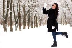 一对年轻夫妇在冬天公园走 库存图片