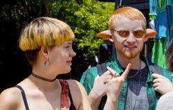 一对年轻夫妇在幻想服装装饰了-他佩带矮子或名骑手的人造耳朵 库存照片
