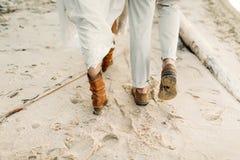一对年轻夫妇在海海岸线走 腿的特写镜头图象 附庸风雅 免版税库存照片