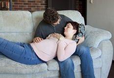 一对年轻夫妇期待一个婴孩 库存照片
