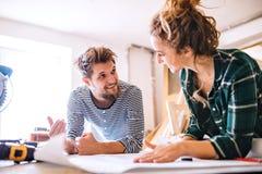 一对年轻夫妇的小企业 免版税库存照片