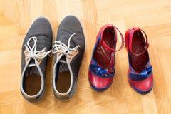 一对年轻夫妇的鞋子 免版税图库摄影
