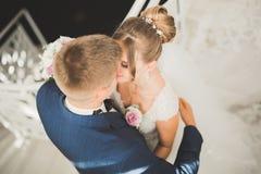 一对年轻婚礼夫妇的肉欲的画象 室外 图库摄影