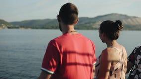 一对年轻家庭夫妇的后方半身体景色一艘游轮的沿享受美丽的景色的河 股票录像