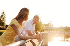 一对年轻家庭夫妇的画象在阳光斑点的 库存照片