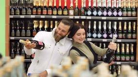 一对年轻时尚夫妇的画象在超级市场或在酒铺 影视素材