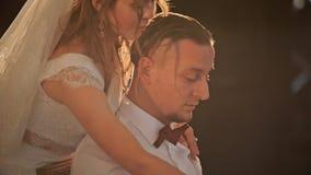 一对年轻美好的已婚夫妇的第一个婚礼舞蹈在爱的在餐馆 关闭 股票录像