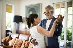 一对年长夫妇一起跳舞 免版税图库摄影