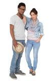 一对微笑的凉快的夫妇的全长画象 免版税库存图片