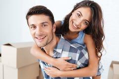 一对微笑的夫妇的特写镜头画象在新的舱内甲板的 免版税库存图片