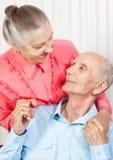 一对微笑的年长夫妇的特写镜头纵向 免版税库存图片