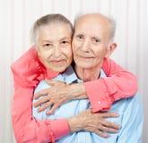 一对微笑的年长夫妇的纵向 图库摄影