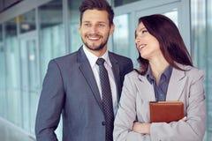 一对微笑的年轻企业夫妇的画象 库存照片