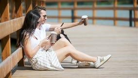 一对快乐的夫妇的图片使用智能手机的在公园 股票视频