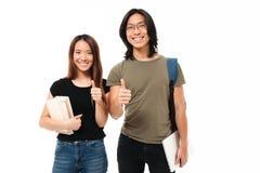 一对快乐的有吸引力的亚洲学生夫妇的画象 库存图片