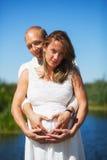 一对怀孕的夫妇的纯净的幸福 库存图片