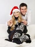 一对愉快的圣诞节夫妇的纵向 免版税库存照片